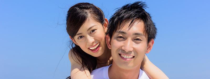 海で微笑む仲良しカップル